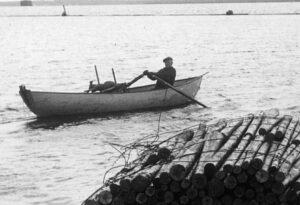mies veneessä